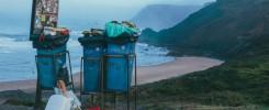 Plastica monouso da sostituire con le bioplastiche: cassonetti sulle spiagge piene dei rufiuti